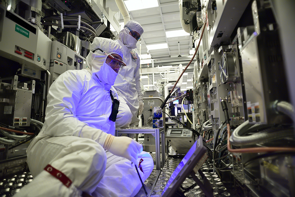 Production and cleanroom facilities at work in Intel's D1D/D1X plant in Hillsboro, Oregon. (Credit: Intel Corporation)